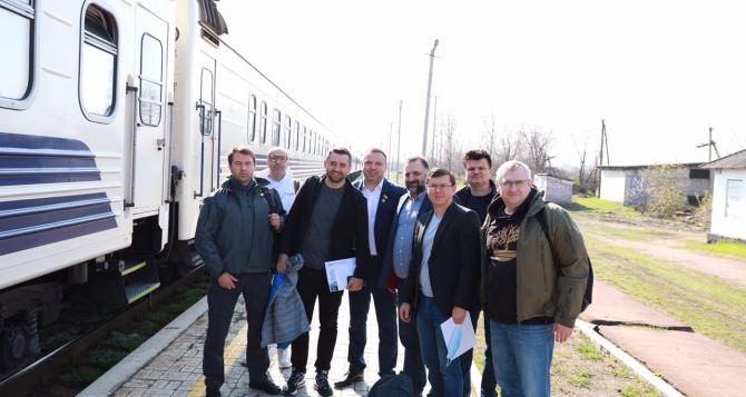 Глава фракции партии «Слуга народа» Давид Арахамия с группой нардепов прибыли в Луганскую область