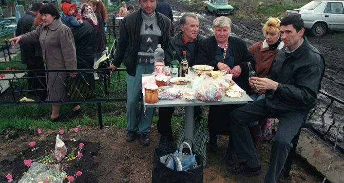 В Луганске настоятельно рекомендуют на Пасху не ходить в храмы и на кладбища