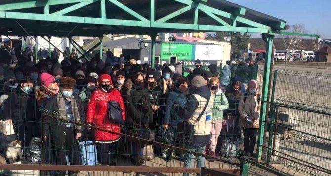 Пассажиропоток за неделю через «Станицу Луганскую» увеличился на 10%. Пункт пропуска пересекло более 12 тысяч человек