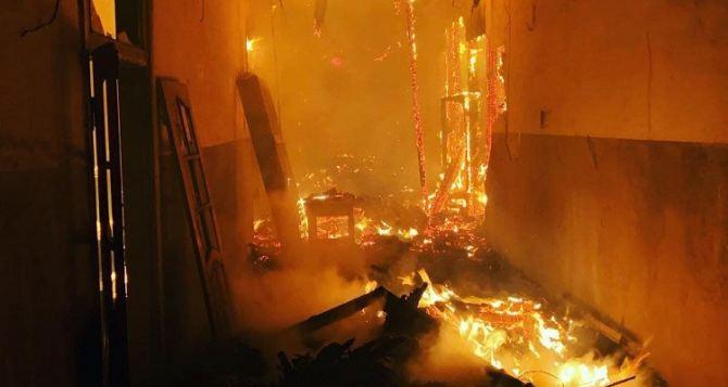 Ночью горел завод «Пролетарий» в Лисичанске. ФОТО и ВИДЕО сделанное спасателями