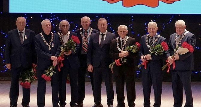 Почетными гражданами Луганска сегодня стали игроки легендарной команды «Заря» Ворошиловград— чемпиона СССР 1972 года
