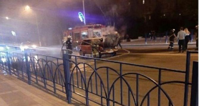 В Луганске во время движения на улице Советской загорелся автомобиль «Жигули». ФОТО