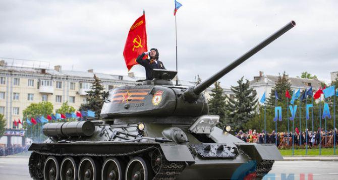 Легендарный танк Т-34 и трофейный «Хаммер». В Луганске прошел Парад Победы. ФОТО