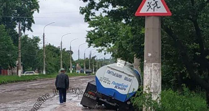 На отремонтированном участке улицы Артема автомобиль провалился под землю. ФОТО
