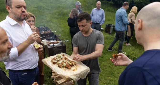 «Они едят из рук президента»— реакция в сети на шашлычную вечеринку Зеленского для СМИ