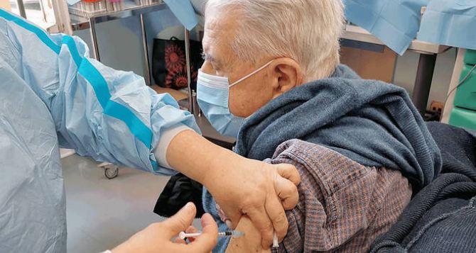 В Северодонецке зовут на вакцинацию всех кто старше 65. С собой нужно иметь только паспорт