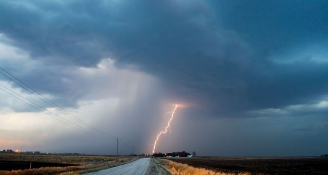 На Луганщине второй день подряд гибнут люди от удара молнии.