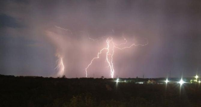 Сегодня утром и в течении дня в Луганске МЧС объявило штормовое предупреждение