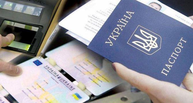 Как луганчанам без штрафов и проблем вклеить «просроченное фото» в украинский паспорт