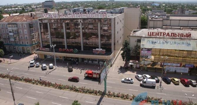 В Луганске эвакуируют посетителей из торгового центра на улице Советской. ФОТО