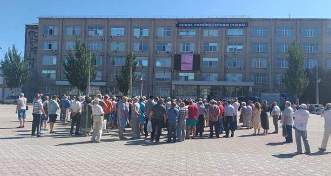 Бывшие силовики «осадили» здание обладминистрации в Северодонецке