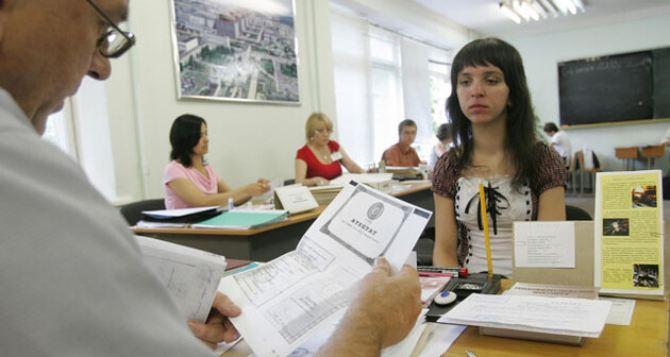 Вступительные экзамены для абитуриентов из Донбасса и Крыма хотят проводить онлайн. Но пока приходится платить штрафы
