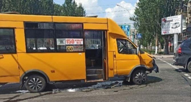 Пьяный водитель протаранил маршрутку на улице Советской и после аварии «догонялся» пивом. ФОТО