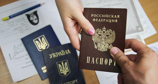 В Кремле выдачу российских паспортов жителям Донбасса назвали «гуманитарной мерой». Речи об интеграции территории не идёт