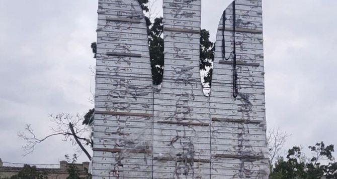 А вот и он! —на Луганщине (почти) установили скандальный тризуб за 1,5 млн гривен