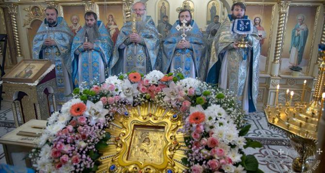 В луганском храме состоялась невероятная по красоте служба. Сегодня праздник Почаевской иконы Божией Матери. ФОТО