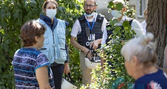 В Луганск прибыла глава Мониторинговой миссии ООН по правам человека. Она побывала в самых обстреливаемых поселках: Голубовское, Золотое-5, Донецкий, Березовское. ФОТО