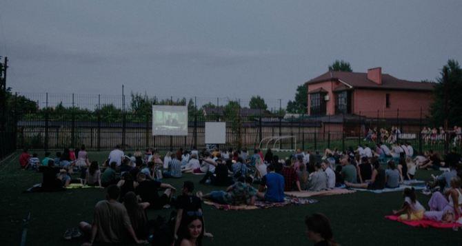 В центре Луганска устроили кинопоказ под открытым небом. ФОТО