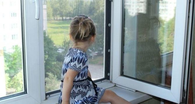 Двухлетний ребенок выпал из окна и чудом остался жив
