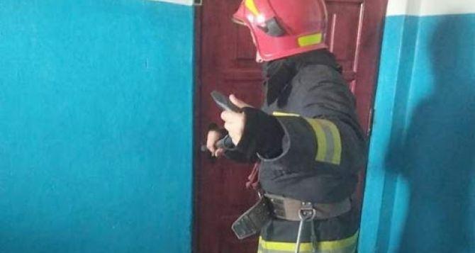 На востоке Луганска опять горела многоэтажка и снова погиб человек