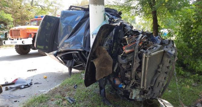 Автомобиль—  в лепёшку, водитель погиб на месте. Жуткая авария в Стаханове. ФОТО