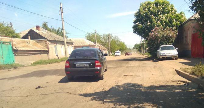 Мэр Луганска Пилавов разъяснил ситуацию с ремонтом дороги по улице Артема
