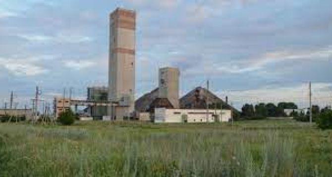 Горняки шахты «Красный партизан» говорят, что обрыва клети спуска по стволу не было. Авария произошла на ДКНЛ