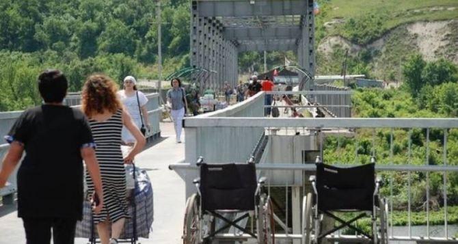 Ремонт, гроб и женщина на носилках. Что видели наблюдатели ОБСЕ на КПВВ у Станицы Луганской