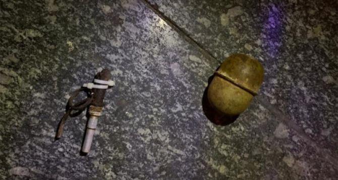 На лестничной площадке многоэтажки жильцы обнаружили гранату