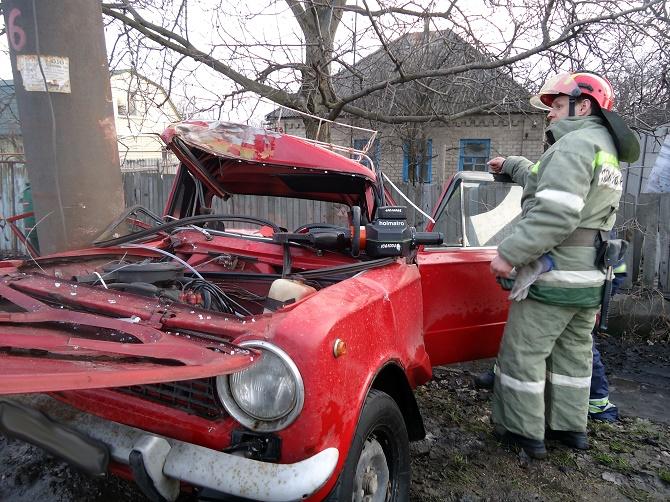 В Лисичанске спасатели достали двух человек из машины, попавшей в ДТП (фото)