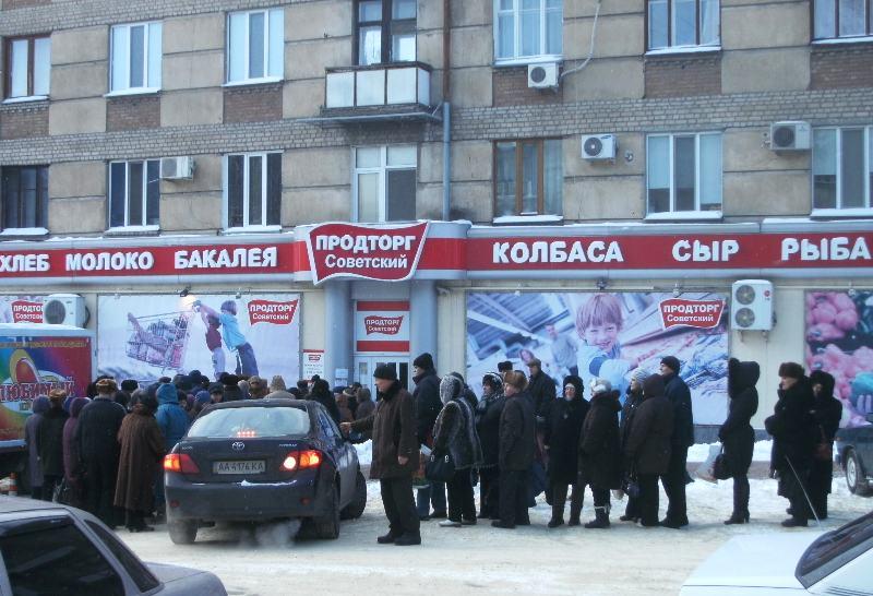 Луганские пенсионеры мерзнут в очередях, чтобы получить подарки от нардепа Медяника (ФОТО), фото-1