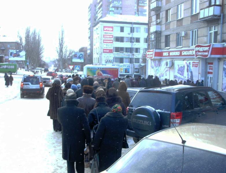 Луганские пенсионеры мерзнут в очередях, чтобы получить подарки от нардепа Медяника (ФОТО), фото-3