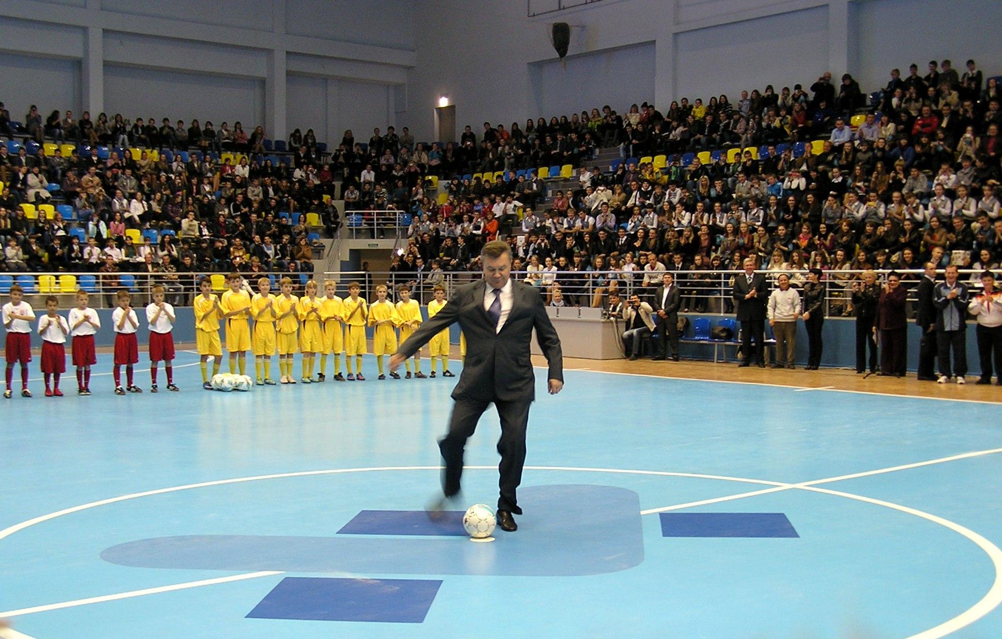 Янукович в Луганске нанес сокрушительный удар по мячу (ФОТО), фото-1