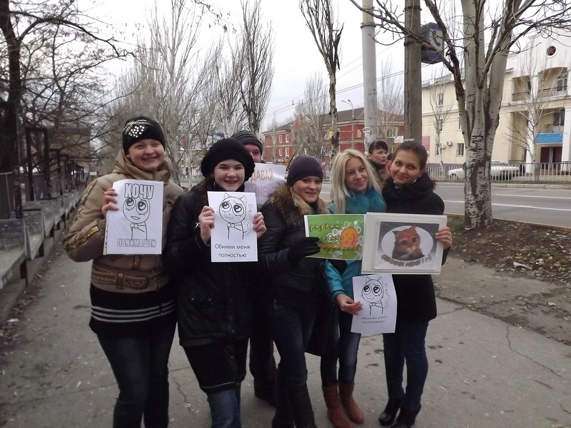Сегодня в Луганске на прохожих бросались молодые люди и душили в объятиях, фото-1
