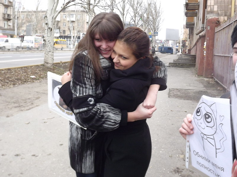 Сегодня в Луганске на прохожих бросались молодые люди и душили в объятиях, фото-2