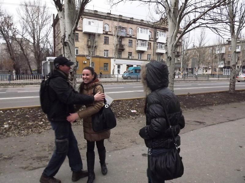 Сегодня в Луганске на прохожих бросались молодые люди и душили в объятиях, фото-3