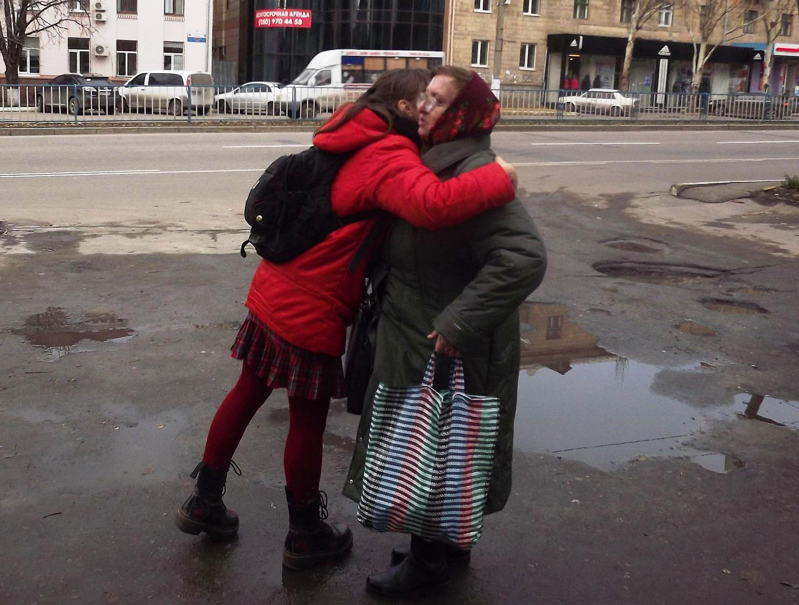 Сегодня в Луганске на прохожих бросались молодые люди и душили в объятиях, фото-4