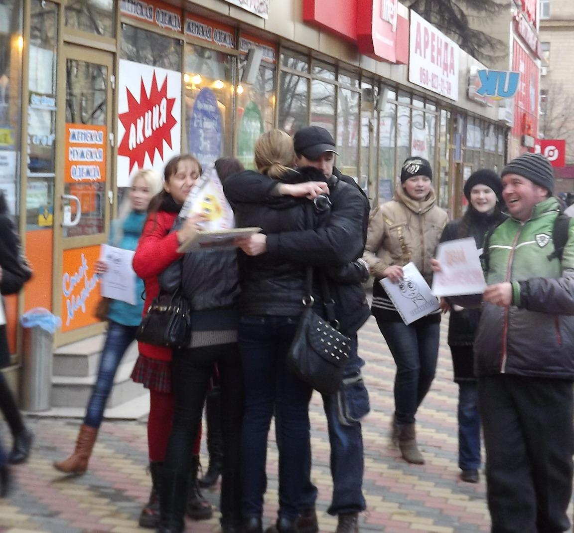 Сегодня в Луганске на прохожих бросались молодые люди и душили в объятиях, фото-5