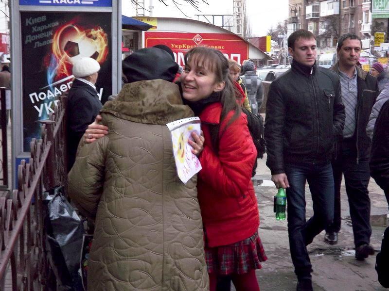 Сегодня в Луганске на прохожих бросались молодые люди и душили в объятиях, фото-6
