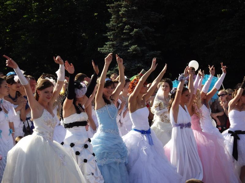 В центр Луганска вышла сотня невест