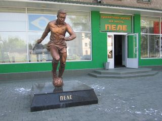Новость об инциденте с монументом Пеле была для нас словно ушат холодной воды. —Болельщики луганской «Зари»