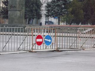 Театральную площадь Луганска оградили сверхпрочными парапетами