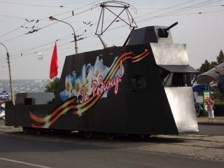 Танк, бронепоезд и прочая военная техника разъезжали по центру Луганска (фото, видео)