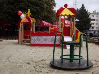 Радость в пасмурный день: в центре Луганска открыли огромную детскую площадку (фото, видео)