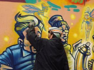 Всемирно известный художник раскрасил стену дома в Луганске (фото, видео)