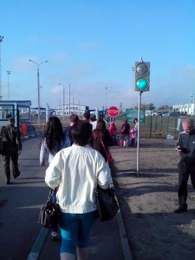 Из Луганской области через «Изварино» едут машины, забитые вещами +