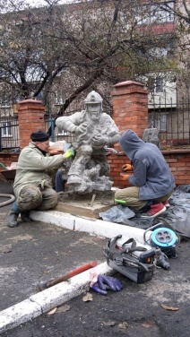 У пожарной части Луганска появился памятник