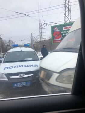 В центре Луганска полицейская машина протаранила маршрутку. ФОТО