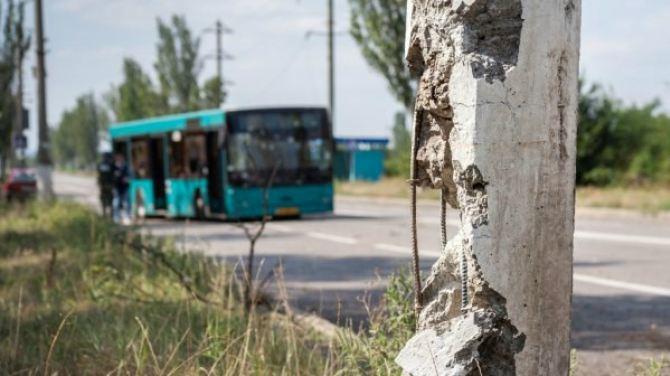 Последствия попадания снаряда в пассажирский автобус в Донецке +
