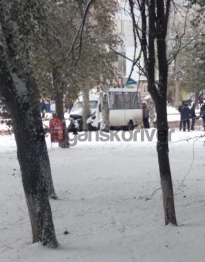 В Луганске маршрутка врезалась в столб по ул. Ватутина. Пять человек пострадали. ФОТО